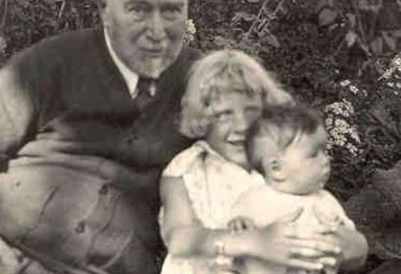 Couse with two of his grandchildren, Elizabeth and Virginia, 1932.